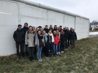 Die Klasse 10c vor den Resten der Mödlareuther Mauer