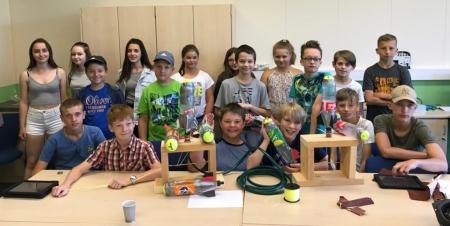 Die Forscherklasse 6a präsentiert ihre wasserbetriebenen Raketen