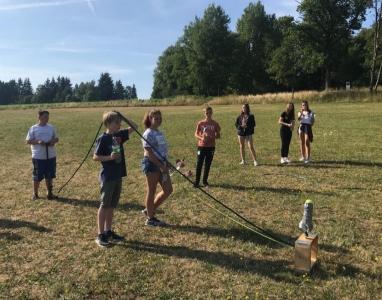 Schüler der Forscherklasse 6a beim Startversuch einer selbstgebastelten Rakete